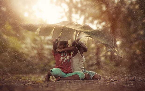 В дождь под банановым листом