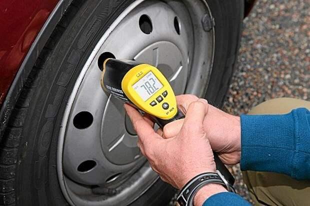 После каждого холодного торможения проверяется температура тормозных дисков: если она выше 100 ºС, машина идет на охлаждающий круг.