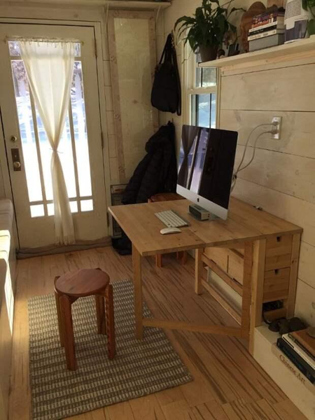 Рабочее место в гостиной можно организовать с помощью раскладного стола.
