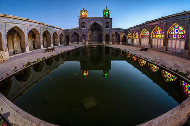 Уникальные витражи в интерьере мечети Насир аль-Мульк