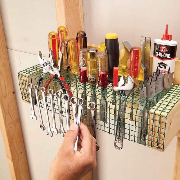 Еще один удобный вариант самодельной системы хранения. /Фото: make-self.net