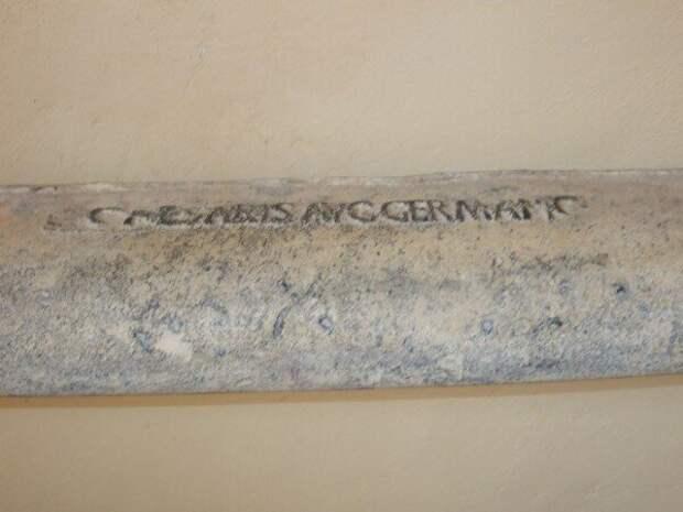 Свинцовая античная труба с четкими буквами.