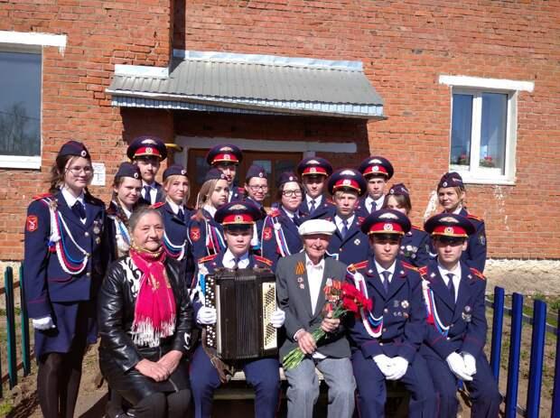 Балезинские кадеты в честь юбилея ветерана войны устроили для него небольшой парад