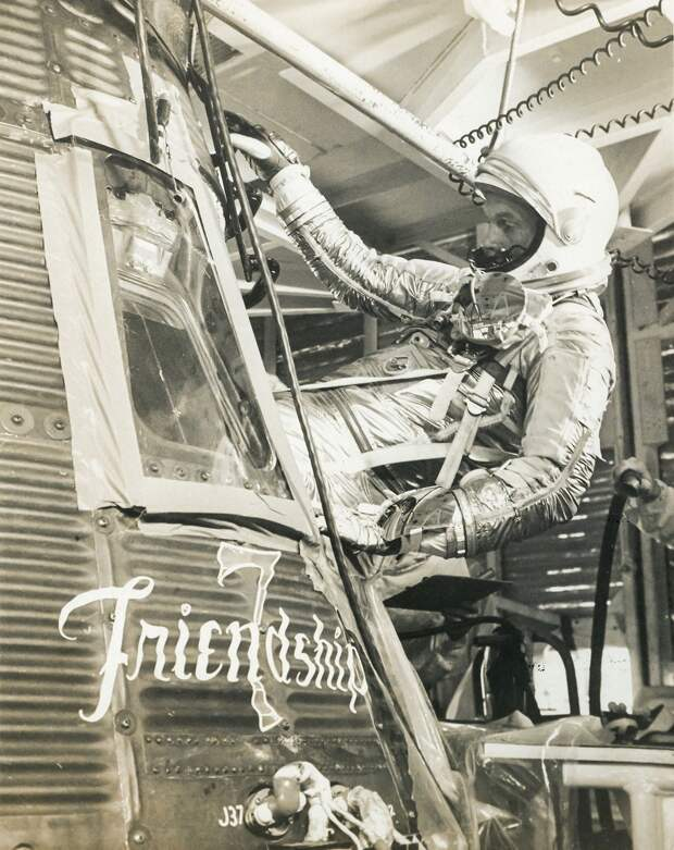 20. 1962, 23 января. Джон Гленн забирается в капсулу «Меркурия-Атласа»-6 (Friendship 7).