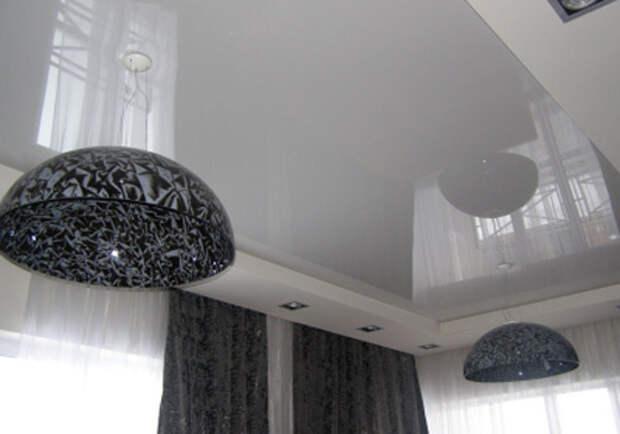 Белый глянцевый натяжной потолок: фото №1
