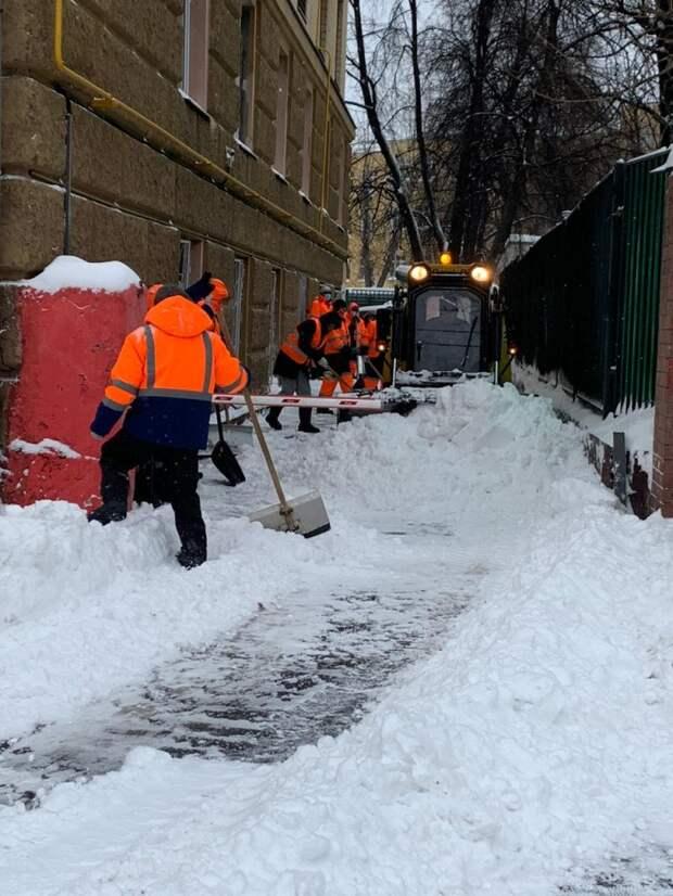 Почти триста коммунальщиков ликвидируют в Лефортове последствия снегопада