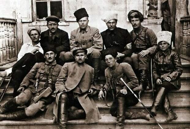 Махновцы По центру в фуражке — командир Семён Каретников