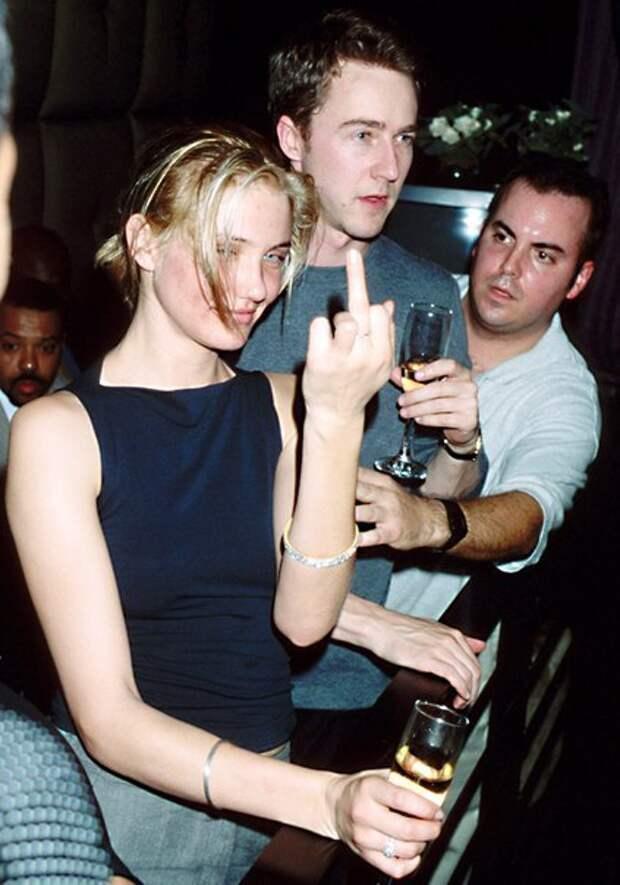 Камерон Диаз и Эдвард Нортон отдыхают на вечеринке в Майами, январь 1999 года.