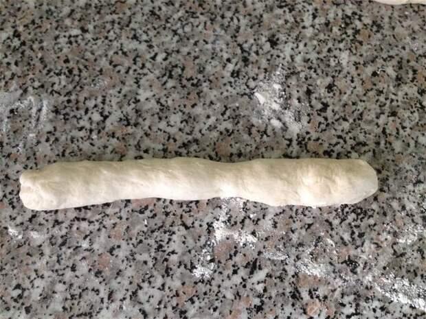 жгут разрезается на части примерно 10 см длиной. пошаговое фото этапа приготовления пампушек