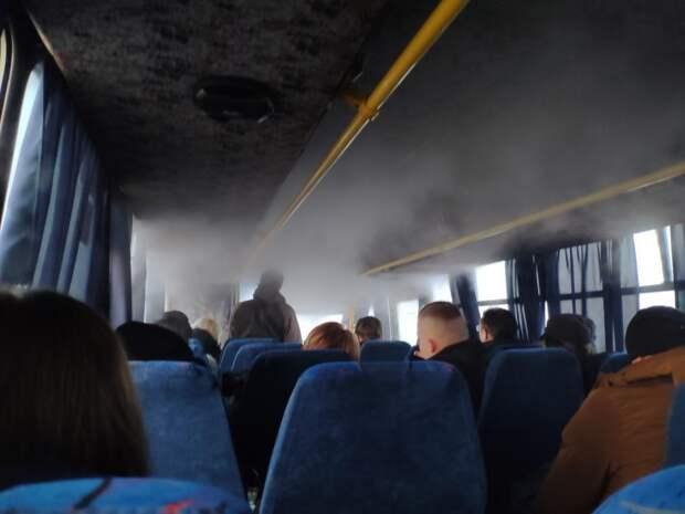 Водитель в Крыму запер пассажиров в охваченном дымом автобусе