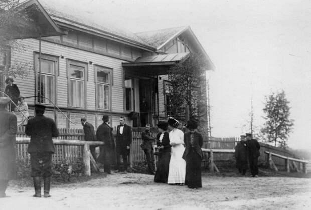 17. Родственники убитого и члены суда у входа в дом, где происходило заседание