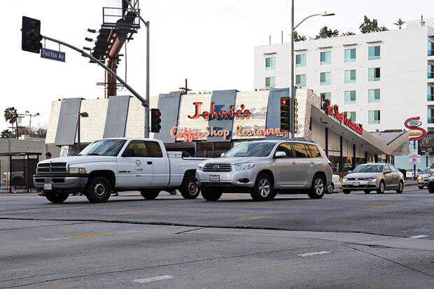 Fairfax и Wilshire. Когда ремонтировали этот перекресток, водителя катка не осведомили , что машины здесь ездят еще и поперек. америка, асфальт, дороги, лос-анджелес