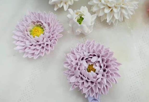 Хризантемы как настоящие из белкового крема: справится каждый