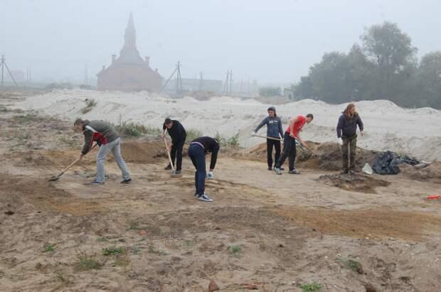Студенты БрГУ на раскопках могильника в Бресте.