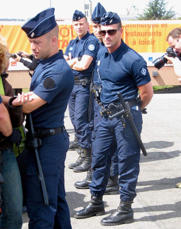 Горячо и опасно: 15 сексуальных полицейских со всего света
