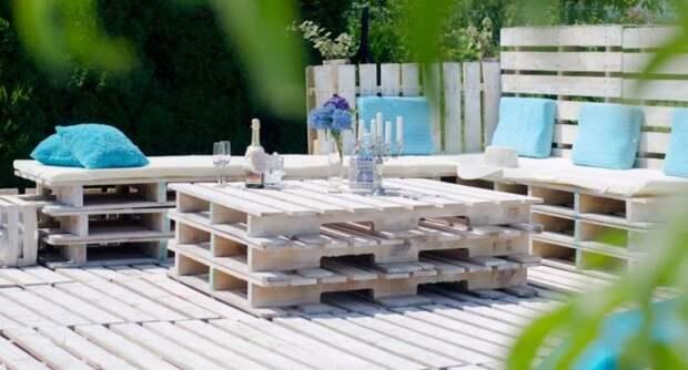 Дачная мебель из поддонов. \ Фото: sandeshtoday.com.