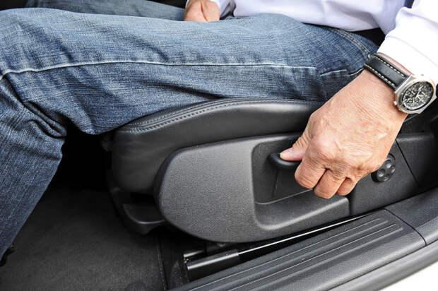 Зачем максимально назад отодвигают водительское кресло при вождении
