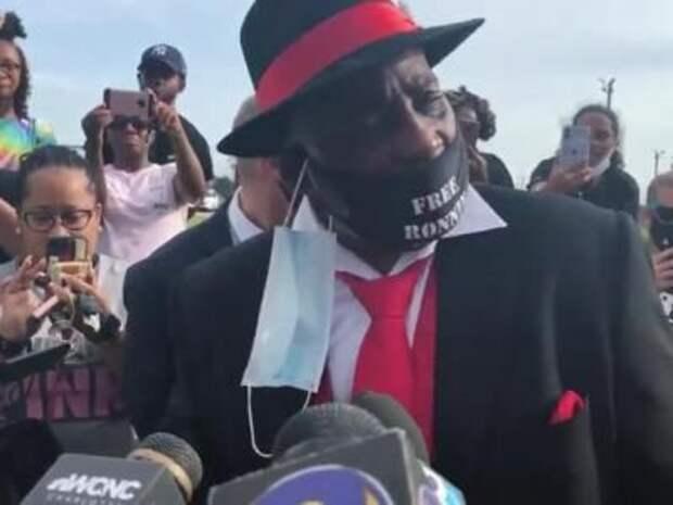 В США освободили из тюрьмы афроамериканца, просидевшего за решеткой 44 года по ложному обвинению в изнасиловании