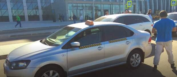 В аэропорту Симферополя поймали таксистов