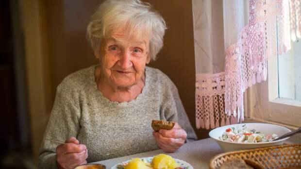 Роспотребнадзор назвал дневную норму калорий для пожилых