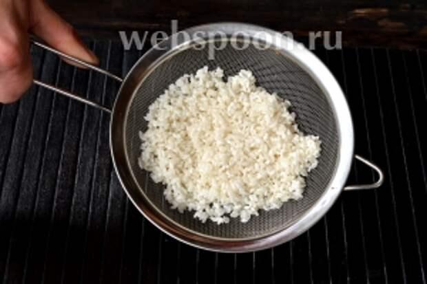 Откинуть промытый рис на сито и оставить на час.