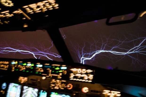 Огни Эльма за лобовым стеклом самолёта