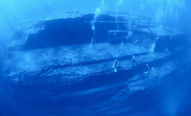 Комплекс Йонагуни, Япония Вблизи острова Йонагуни в 1985 году под толщей воды был обнаружен загадочный объект — гигантский монумент с многочисленными террасами. Подводная пирамида располагается на глубине 25 метров. Предположительно, возраст монумента составляет больше 5000 лет. Кто его построил и при каких обстоятельствах он оказался под водой для ученых пока остается загадкой.