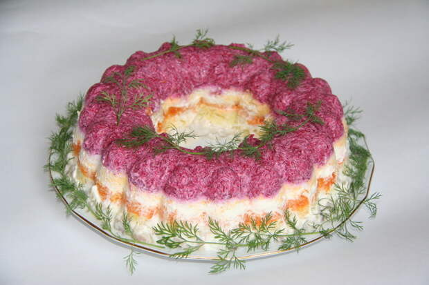 Пять способов подачи «Селёдки под шубой» : [b]4.[/b] Прекрасный вариант подачи – салат в форме рождественского венка. В этом случае укладывать слои в специальную форму нужно в