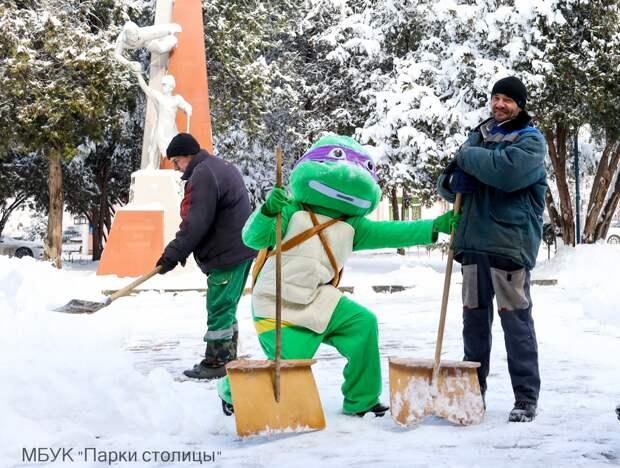 В Симферополе на помощь коммунальщикам пришли черепашка-ниндзя и бурундук