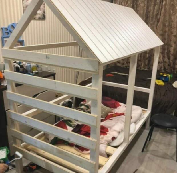 Смекалистый папаша сделал кроватку для сына своими руками