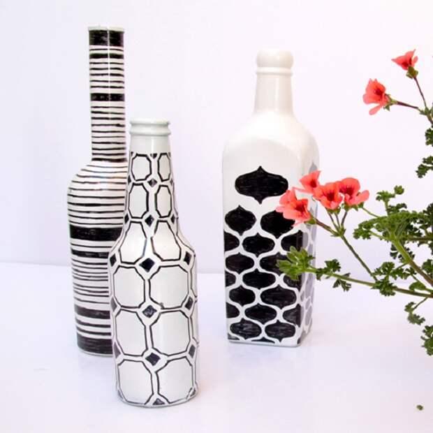 Простой геометрический узор превратит пустые винные бутылки в оригинальный предмет декора.