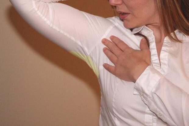 Как отстирать пятна от пота под мышками