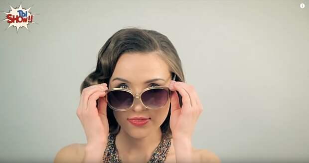 В семидесятые годы двадцатого века украинки носят крупные бусы, массивную бижутерию и большие очки, закрывающие пол лица.