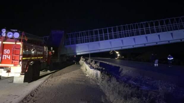 Грузовик снес кузовом мост в Прикамье, погибли двое водителей