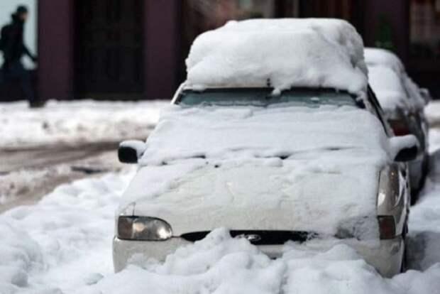 2. Если парковать машину капотом на восток, то утром не придется возиться с замерзшим лобовым стеклом. зима, совет, хитрости