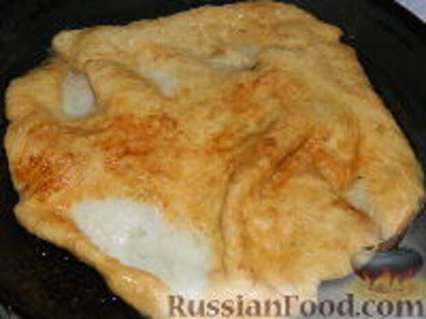Фото приготовления рецепта: Лангош - венгерская лепешка - шаг №14