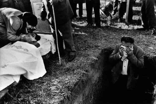 Эксгумация и перезахоронение останков солдат, погибших в ходе грузино-абхазского конфликта. Сухуми (Сухум), Абхазия. 1993 год.