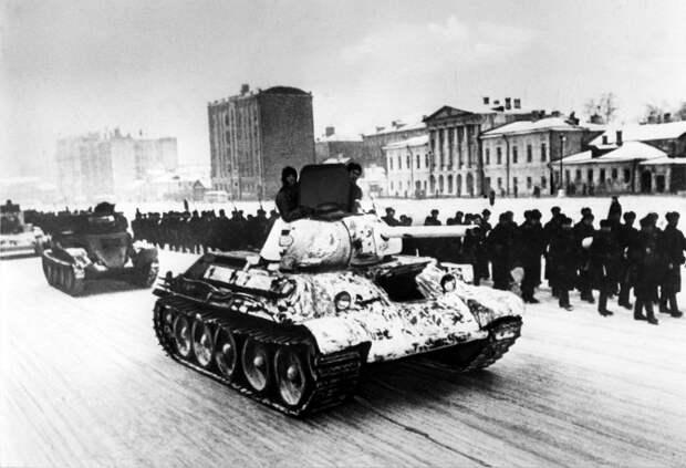 """""""И врагу никогда не добиться, чтоб склонилась твоя голова"""": как шла битва за Москву"""