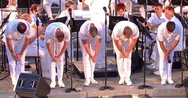 Пятерка моряков выстроилась на сцене. Когда заиграет музыка, следи за тем, кто стоит справа!