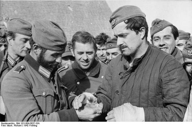 Bundesarchiv_Bild_101I-004-3637-10A,_Russland,_Cholm,_Verwundeter