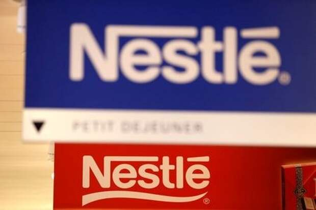 Логотипы Nestle в швейцарской штаб-квартире компании. Веве, Швейцария, 13 февраля 2020 года. REUTERS/Pierre Albouy