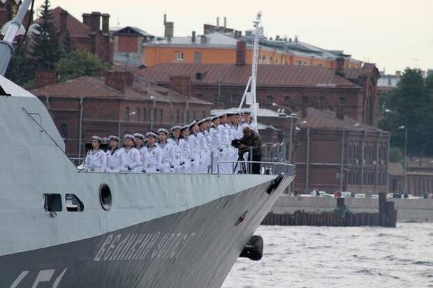 В Санкт-Петербурге начался военно-морской парад: кульминация ожидается в акватории Невы