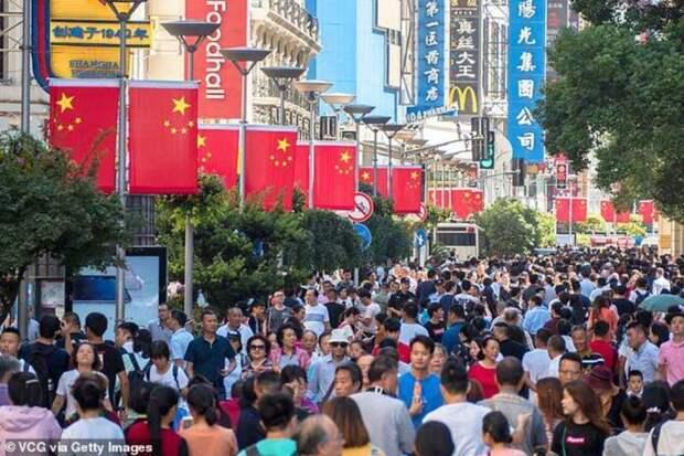 Еще одно место, которое местные и туристы заполоняют в праздники - пешеходная улица Нанкин Донг (Nanjing Dong Road) с магазинами и ресторанами. авто, в мире, видео, дороги, дорожное движение, китай, пробки, регулирование