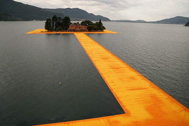 Инсталляция плавающей дороги на озере в Италии