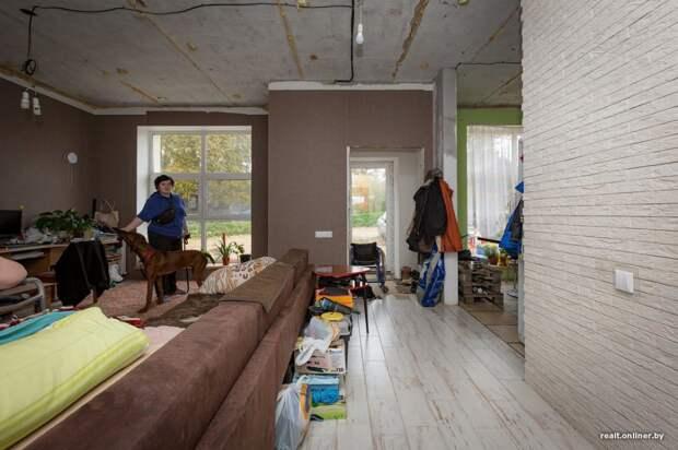 Мужчина в инвалидной коляске перестроил заброшенный магазин в уютный дом