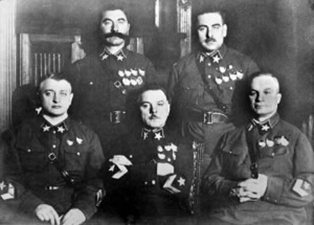 Первые маршалы СССР: Тухачевский, К.Е. Ворошилов, Егоров(сидят, слева направо), Буденный, Блюхер( стоят0