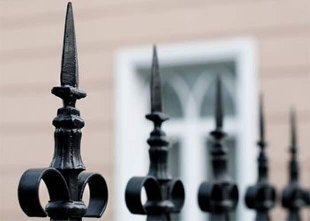 В Омске школьник перелезал через забор и распорол себе живот