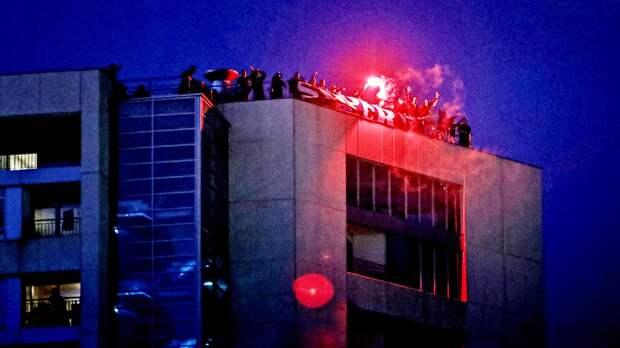 Назло карантину: фанатов «Порту» непускают настадион, ноони залезли накрышу рядом иустроили пиро-шоу