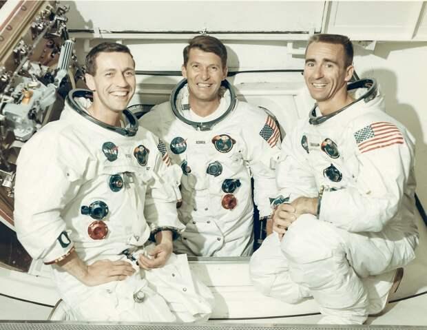 1968, октябрь. «Аполлон-7» — первый пилотируемый космический корабль серии «Аполлон». Портрет экипажа «Аполлона-7». Уолтер Ширра (командир),  Донн Айзли (пилот командного модуля),  Уолтер Каннингем ((пилот лунного модуля)