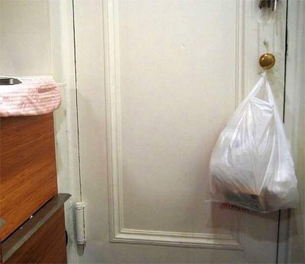 Всякий макулатурный мусор собирали в пакет из магазина, а обязательным ритуалом было вешать его на дверную ручку